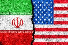 Bandiere dell'Iran e di U.S.A. dipinti sul fondo incrinato della parete/Iran VE royalty illustrazione gratis