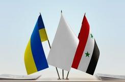 Bandiere dell'Ucraina e della Siria fotografia stock