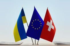 Bandiere dell'Unione Europea e della Svizzera dell'Ucraina Fotografia Stock