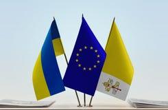 Bandiere dell'Unione Europea e di Città del Vaticano dell'Ucraina Fotografie Stock Libere da Diritti