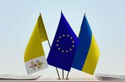 Bandiere dell'Unione Europea e dell'Ucraina di Città del Vaticano Immagine Stock