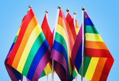 Bandiere della comunità di LGBT su un blu immagini stock
