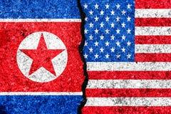 Bandiere della Corea del Nord e di U.S.A. dipinti sul fondo incrinato della parete illustrazione vettoriale
