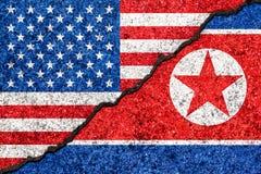 Bandiere della Corea del Nord e di U.S.A. dipinti sul fondo incrinato/Corea del Nord della parete contro il concetto di conflitto illustrazione vettoriale