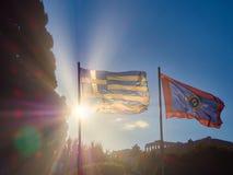 Bandiere della Grecia e di Atene che ondeggiano con l'acropoli nel fondo atene Fotografie Stock Libere da Diritti