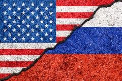 Bandiere della Russia e di U.S.A. dipinti sul fondo incrinato/Russi della parete royalty illustrazione gratis