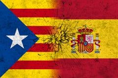 Bandiere della spagna e della Catalogna sulla parete rotta Immagini Stock