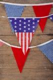 Bandiere della stamina sistemate sulla tavola di legno Fotografia Stock
