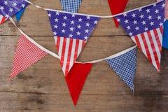 Bandiere della stamina sistemate sulla tavola di legno Fotografie Stock Libere da Diritti