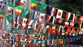 Bandiere delle nazioni differenti che fluttuano nel vento, movimento lento I simboli dei paesi sono sospesi nell'aria video d archivio