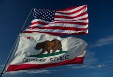 Bandiere dello stato di California e degli Stati Uniti Fotografia Stock
