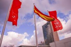 Bandiere di CeBIT e del tedesco contro il cielo della nuvola a CeBIT Fotografie Stock