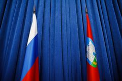 Bandiere di Federazione Russa e della regione di Orel su fondo blu fotografia stock