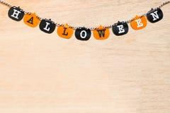 Bandiere di Halloween su fondo di legno Immagini Stock