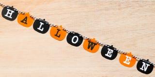 Bandiere di Halloween su fondo di legno Immagine Stock