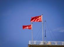 Bandiere di Hong Kong e della Cina sotto cielo blu Immagini Stock Libere da Diritti