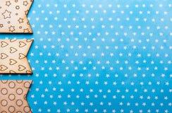Bandiere di legno con le stelle e cuori sul blu Fotografie Stock Libere da Diritti