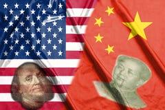 Bandiere di metà degli S.U.A. e della Cina due insieme ai fronti di Benjamin Franklin e di Mao Zedong fotografia stock