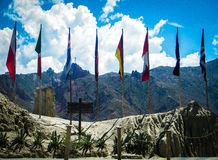 Bandiere di molti paesi in valle della luna - La Paz - la Bolivia Immagini Stock
