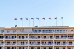 Bandiere di paesi differenti sulla costruzione dell'hotel Fotografia Stock Libera da Diritti