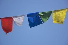 Bandiere di preghiera contro un cielo blu Fotografia Stock