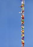 Bandiere di preghiera dei colori differenti su cielo blu Immagine Stock