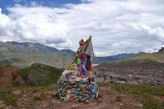Bandiere di preghiera dei tibetani e pregare le pietre (di mani) Immagini Stock