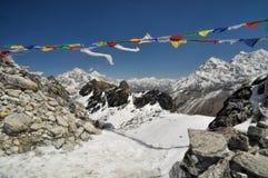 Bandiere di preghiera in Himalaya Fotografie Stock Libere da Diritti