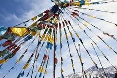 Bandiere di preghiera nello sfondo naturale Fotografie Stock Libere da Diritti