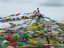 Bandiere di preghiera nello sfondo naturale Immagini Stock Libere da Diritti
