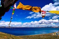 Bandiere di preghiera sopra il nam del lago Fotografie Stock Libere da Diritti