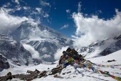 Bandiere di preghiera sopra il paesaggio della montagna Fotografia Stock Libera da Diritti