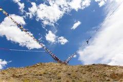 Bandiere di preghiera sulla cima della montagna Immagine Stock Libera da Diritti