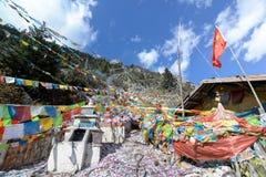 Bandiere di preghiera sulla montagna dei Fotografie Stock Libere da Diritti