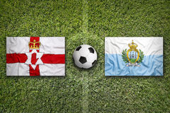 Bandiere di San Marino e dell'Irlanda del Nord sul campo di calcio Fotografie Stock Libere da Diritti