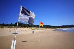 Bandiere di spiaggia sulla spiaggia australiana Immagini Stock