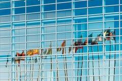 Bandiere di stati dell'Unione Europea riflesse nel Parlamento Europeo Fotografie Stock