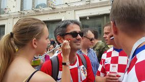 Bandiere di tiraggio delle ragazze sul fronte del fan di calcio stock footage