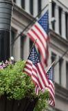 Bandiere di U.S.A. che ondeggiano nelle vie Fotografie Stock Libere da Diritti