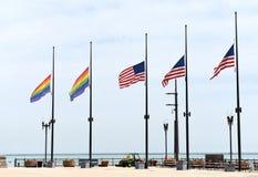 Bandiere di un arcobaleno e bandiere degli Stati Uniti in Chicago, U.S.A. Fotografia Stock Libera da Diritti
