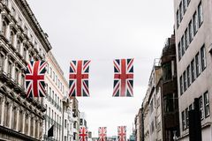 Bandiere di Union Jack che appendono nella citt? di Londra immagini stock libere da diritti