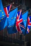 Bandiere di Union Jack e dell'Unione Europea alla forte luce solare Fotografie Stock