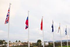 Bandiere di varie nazioni ed alcuni di paesi all'aperto Immagine Stock