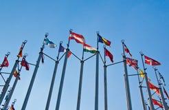 Bandiere differenti su fondo di cielo blu Fotografia Stock