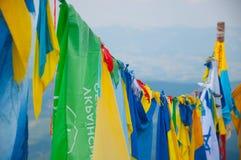 Bandiere differenti sulla cima della montagna Fotografie Stock