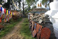 Bandiere e stupas di preghiera al monastero di Tashiding Fotografia Stock
