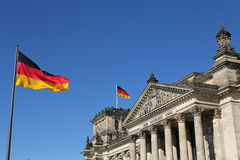 Bandiere ed edificio tedeschi di Reichstag a Berlino, Germania Immagine Stock