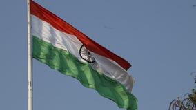 Bandiere indiane d'ondeggiamento con i tri colori stock footage