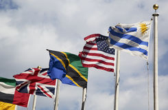 Bandiere internazionali nella parte anteriore del quartiere generale di nazioni unite a New York Immagine Stock Libera da Diritti