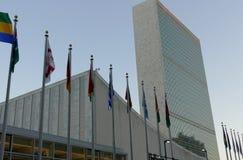 Bandiere internazionali nella parte anteriore del quartiere generale di nazioni unite a New York Fotografie Stock Libere da Diritti